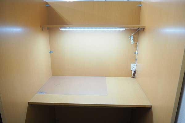 自習室鶴見店 机LED照明